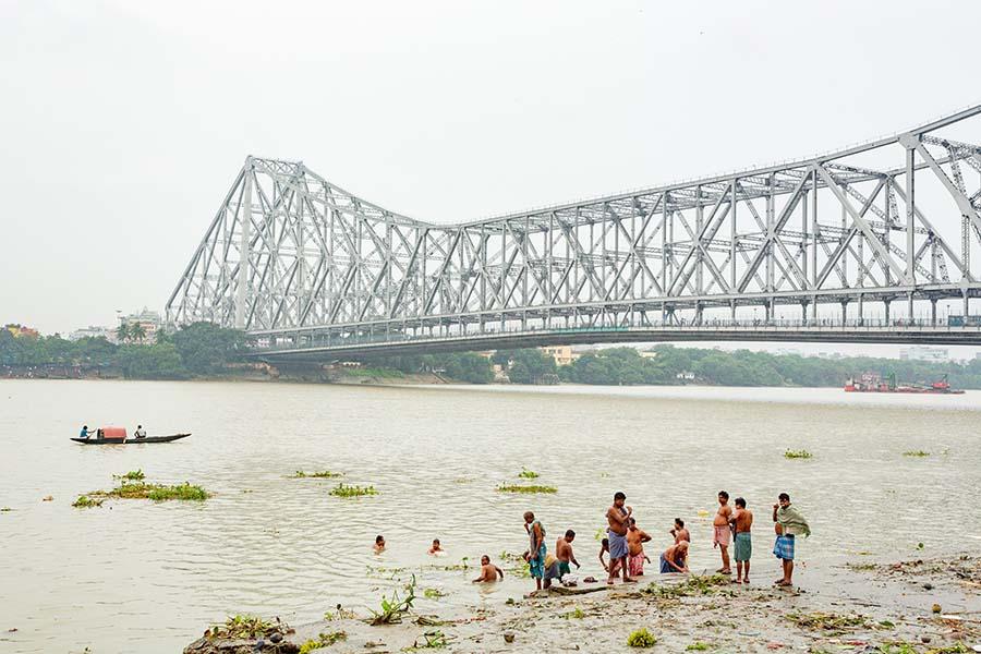 La scăldat în Kolkata (Calcutta), India