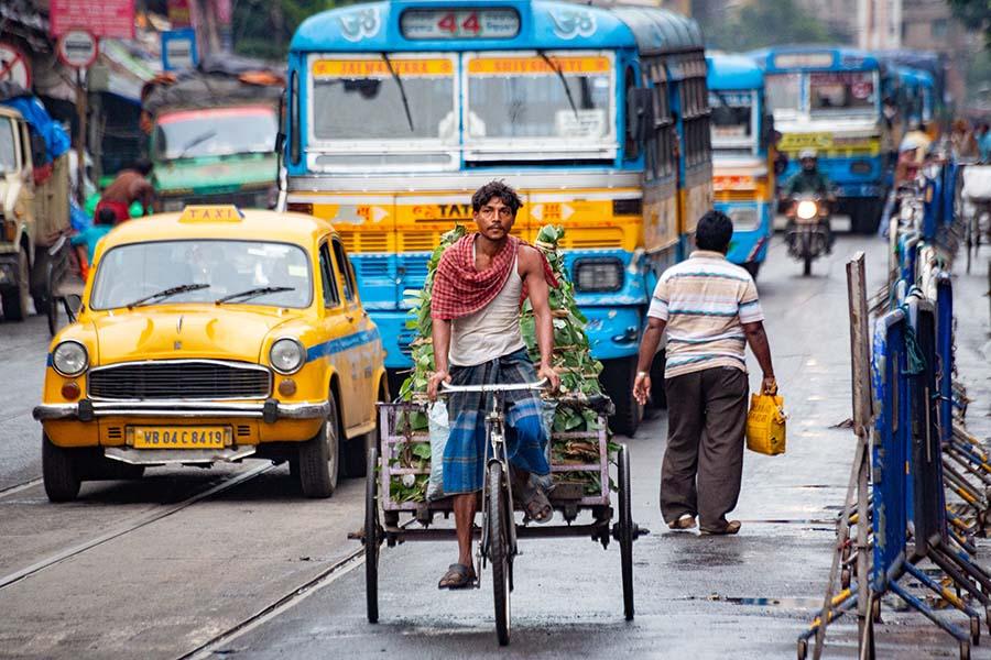 Mașini și oameni in Calcutta, India